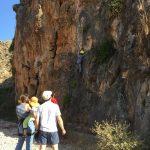 Enfant faisant de l'escalade sur une petite paraois rocheuse