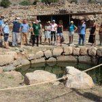 Touriste devant une source d'eau
